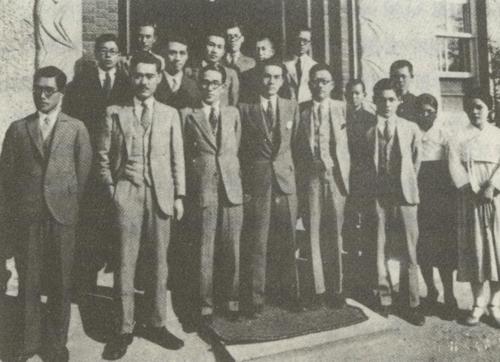 1932년 10월, 경성방송국의 조선인 방송인들. 앞줄 왼쪽에서 다섯번째가 조선어방송과장 윤백남이다. 1932년 10월, 경성방송국의 조선인 방송인들. 앞줄 왼쪽에서 다섯번째가 조선어방송과장 윤백남이다.